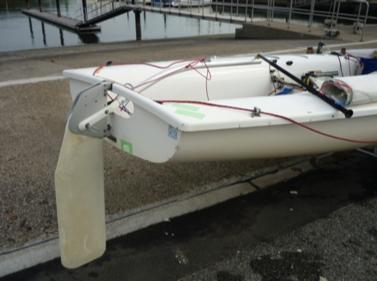 470級ヨットの舵柄:ティラーと舵